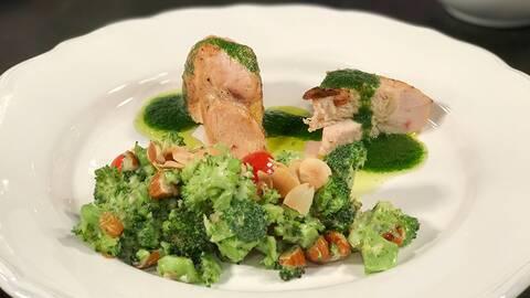 Majskycklingbröst med afrikansk broccolisallad och örtolja