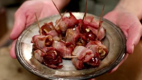 Dadlar med valnöt och bacon.