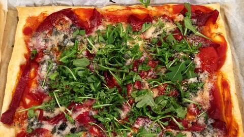 Smördegspizza med bresaola och gorgonzola
