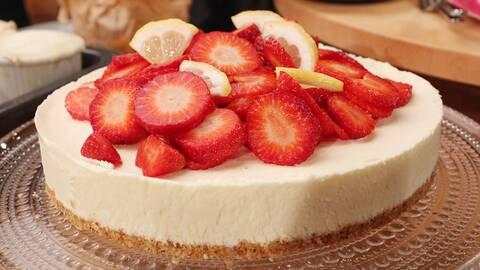 cheesecake-liknande tårta med jordgubbar på