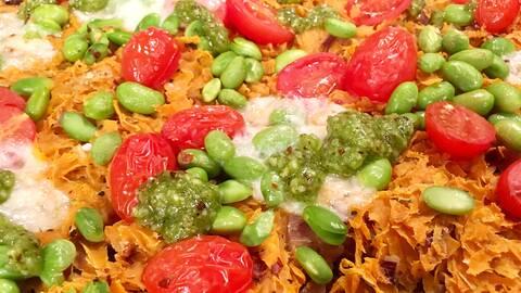 Sötpotatispizza med mozzarella och pesto.