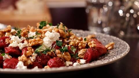 Rödbetsgnocchi med getost och karamelliserade valnötter