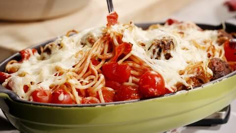 Köttbullsgratäng med spaghetti.