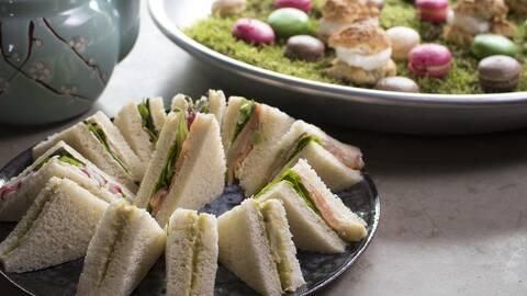 Engelska snittar och mossmatta med petit fours.