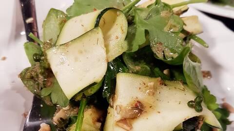 Grillad och rå zucchini.
