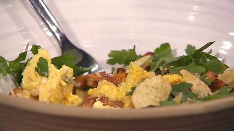 Omelett med kantareller, krispig potatis och persilja.