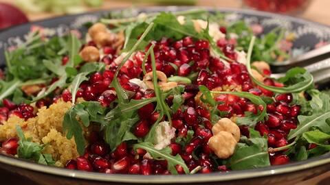 Saffransdoftande quinoasallad med rödbetor och rostade hasselnötter.