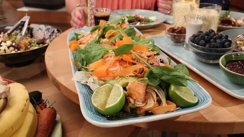 Ljummen laxsallad med avokado, soja- och ingefärsvinägrett