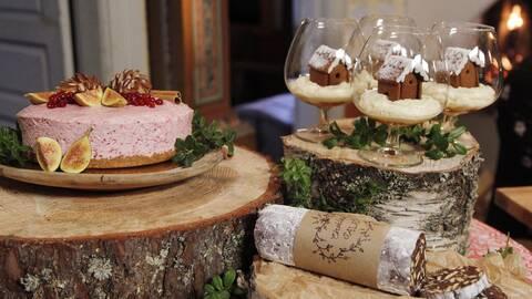 Lingonparfaittårta, snöglobsdessert och chokladsalami.