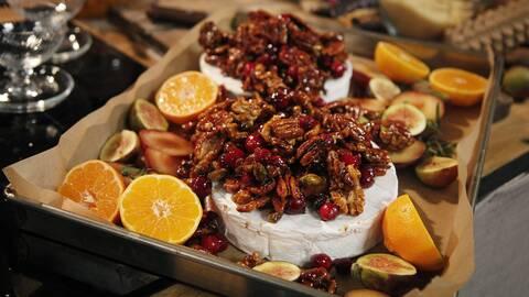 Bakad brietårta med nötter och frukt.