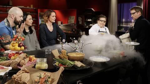 Susanne Jonsson lagar glass med flytande kväve.
