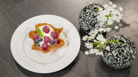Knäckiga mandelkorgar med glass och bär.