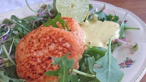 Laxbiffar på salladsbädd med limeaioli.