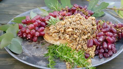 Grillad brie med druvor och frön.