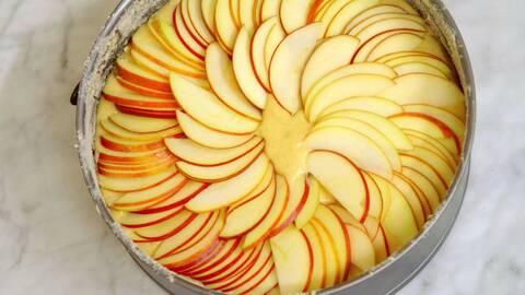 En ugnform med äppelkaka som är färdig att bakas i ugnen.