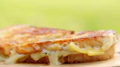 Grillad macka med ost som smälter ner.
