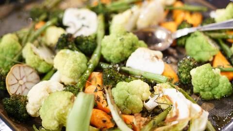 En ugnsbricka med nyrostade grönsaker: broccoli, sparris, vitlök, morötter, blomkål. Sprinklad med timjan och flingsalt.