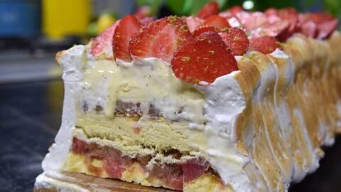Rabarberglasstårta dekorerad med maräng och jordgubbar.
