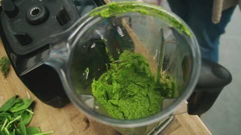 Pesto på morotsblast i mixer.