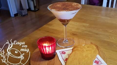 En kopp tiramisú med pepparkakor på ett bord med ett värmeljus. Bild av Yvonne Jonsson i Laga om mig.