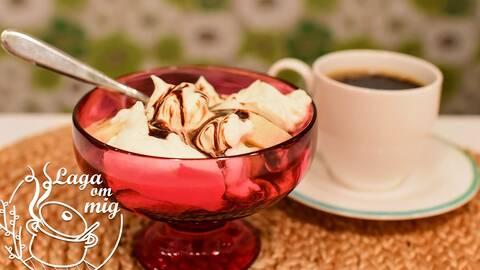 En röd skål med marängsviss och sirap, med en kopp kaffe i bakgrunden. Bild av Karin Hedström i Laga om mig.