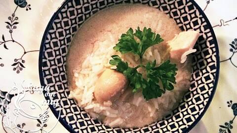 En skål med Tom Ka Gai, thailansk kyklingsoppa med ris, dekorerad med persilja. Bild av Britt Sundqvist i Laga om mig.