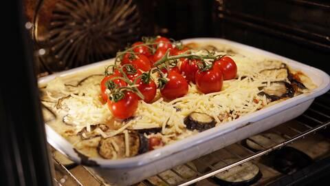 Vegetarisk moussaka i ugnen.