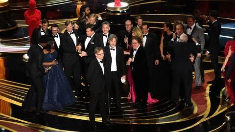 Gänget bakom Green Book, Viggo Mortensen, Linda Cardellini och Mahershala Ali m.fl, tar emot priset för bästa film på galan.