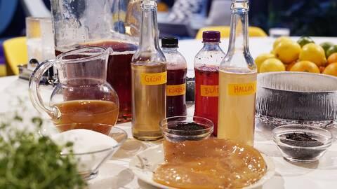 Olika flaskor på ett bord.
