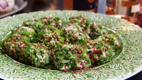 Getostbollar rullade i oregano och rosépeppar.