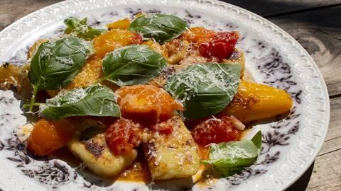 Gnocchi med fyllda paprikor och rå tomatsås.