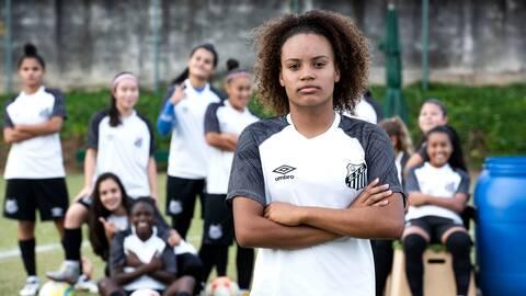 16-åriga Sabrina Aparecida framför sina lagkompisar i Santos FC.