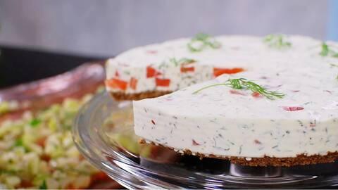 Gravad laxcheesecake med färskost, dill och pepparrot.