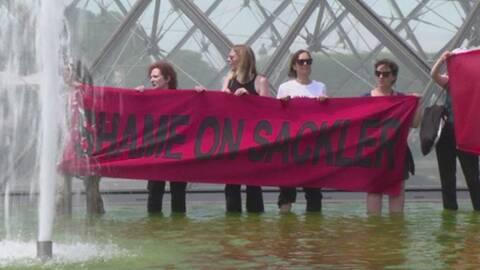 Demonstrationer mot Sackler-familjen utanför Louvren i Paris.