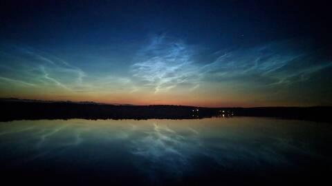 Just nu är det extra mycket nattlysande moln. Fantastiskt vackert skådespel. Lite som norrsken. Hisnande att de dessutom inte är riktiga moln som brukar vara på upp till 10 km höjd utan iskristaller på rymdgrus på 80 km höjd. Solen lyser på dem över Nordpolen eftersom de är så högt upp. Denna bilden tog jag från bron vid Bjursund utanför Gamleby i natt.