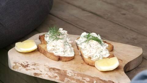 Sandras Toast Skagen serverad på skärbräda med citronklyftor.