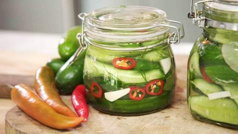 Mastios inlagda gurka med chili.