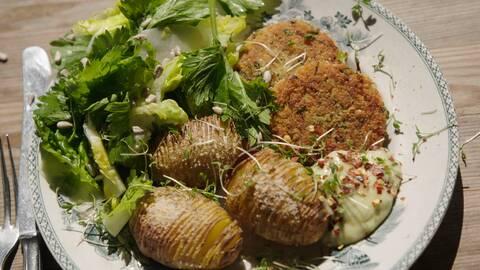 Gulärtsbiff med hasselbackspotatis, krasseaioli och knaprig sallad.