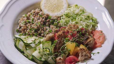 Krämigt matvete, råstekt spetskål, frasiga krutonger och marinerad zucchini.