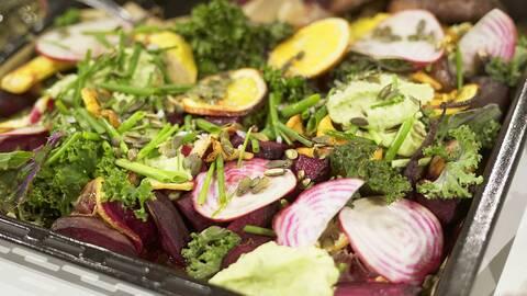 Veggie tray bake, toppat med guacamole på bondbönor.
