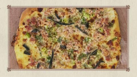 Pizza med fänkålskorv, grädde, slavia och gruyèreost.