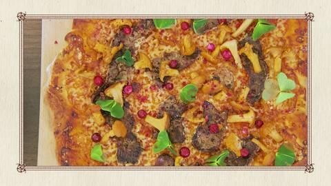 Pizza med älgfilé, lingon, prästost och syrade kantareller