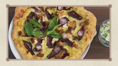 Pizza med älgkalvhjärta, surkålspesto, kantareller och västerbottenost