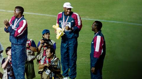 Prispallen fr. v Carl Lewis, USA tvåa, Mike Powell USA etta och Larry Myricks, USA trea vid VM 1991
