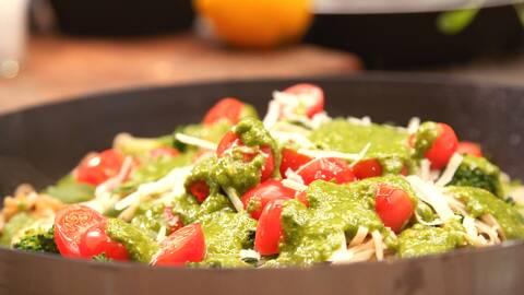 Pasta med pestosås, skivade tomater och rivna parmesan ost.