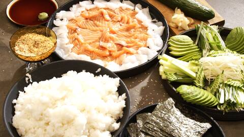 Ris, lax och grönsaker på bordet.