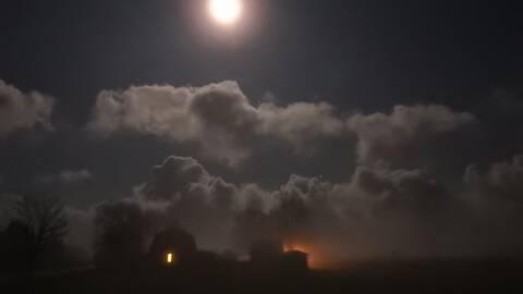 På väg mot Eke, Gotland sen torsdagskväll. Månen lyser och dimmoln kommer in från havet. Temperaturen runt noll grader.