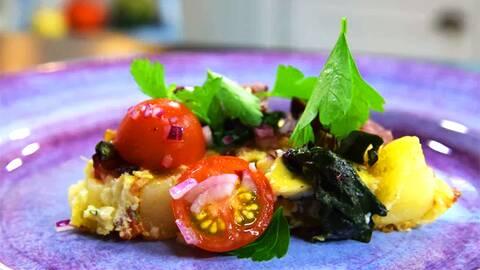 Omeletten är toppad med en liten sallad med tomat,rödlök , oliver och plockad persilja.