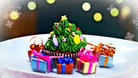 Julgranscupcake med några små julklappar.
