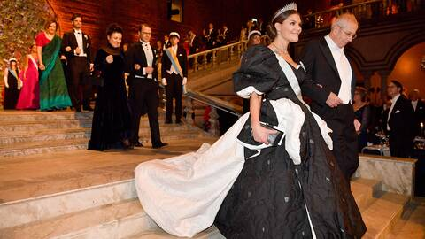 Kronprinsessan Victoria och James Peebles, Nobelpristagare i fysik anländer till Nobelbanketten i Stadshuset.